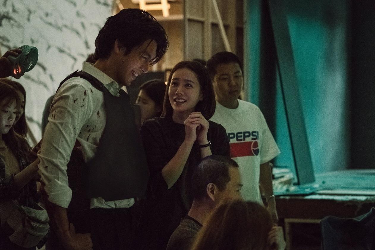 炫彬(左)、孫藝真在《極智對決》中緊張對峙,戲外兩人相處融洽,曖昧指數滿點。(華聯國際提供)