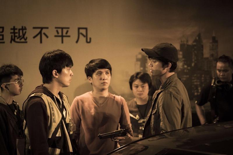 洪子烜(中)導戲時,十分在意與吳慷仁(右)、林哲熹的現場溝通。(貴金影業提供)