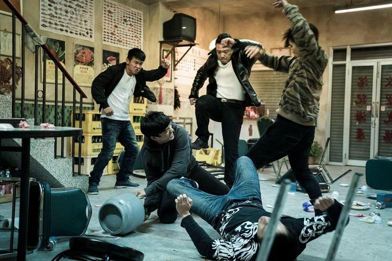 洪子烜、洪昰顥利用近4分鐘的配樂,經過與演員們綵排逾百次,才完美呈現於海產店的打群架戲。(貴金影業提供)