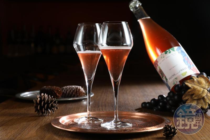 酸津清爽的自然氣泡酒「Weingut Fuchs und Hase, Pet Nat Rosé 2016」,喝來有水果鮮美感。(捷孚,1,200元/瓶)