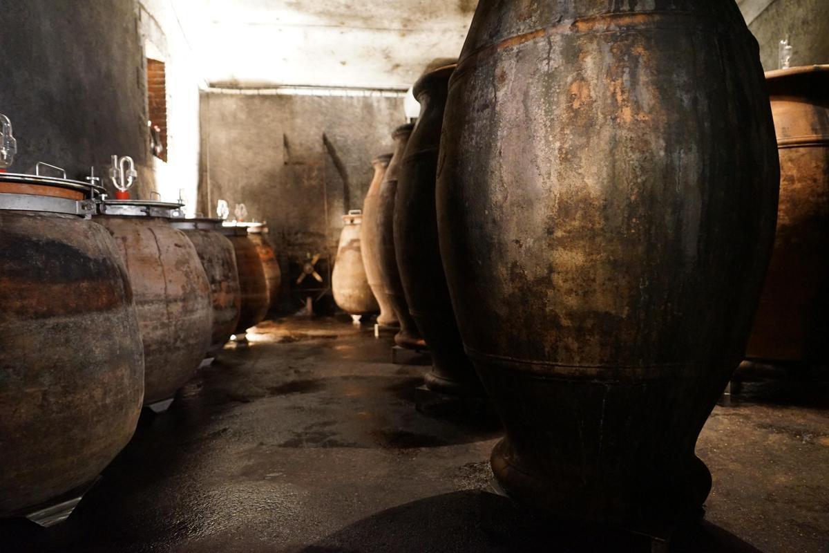 有悠久歷史的老派陶罐釀酒法,讓葡萄回歸土壤,擁有橡木桶無法給予的特色。(林裕森提供)