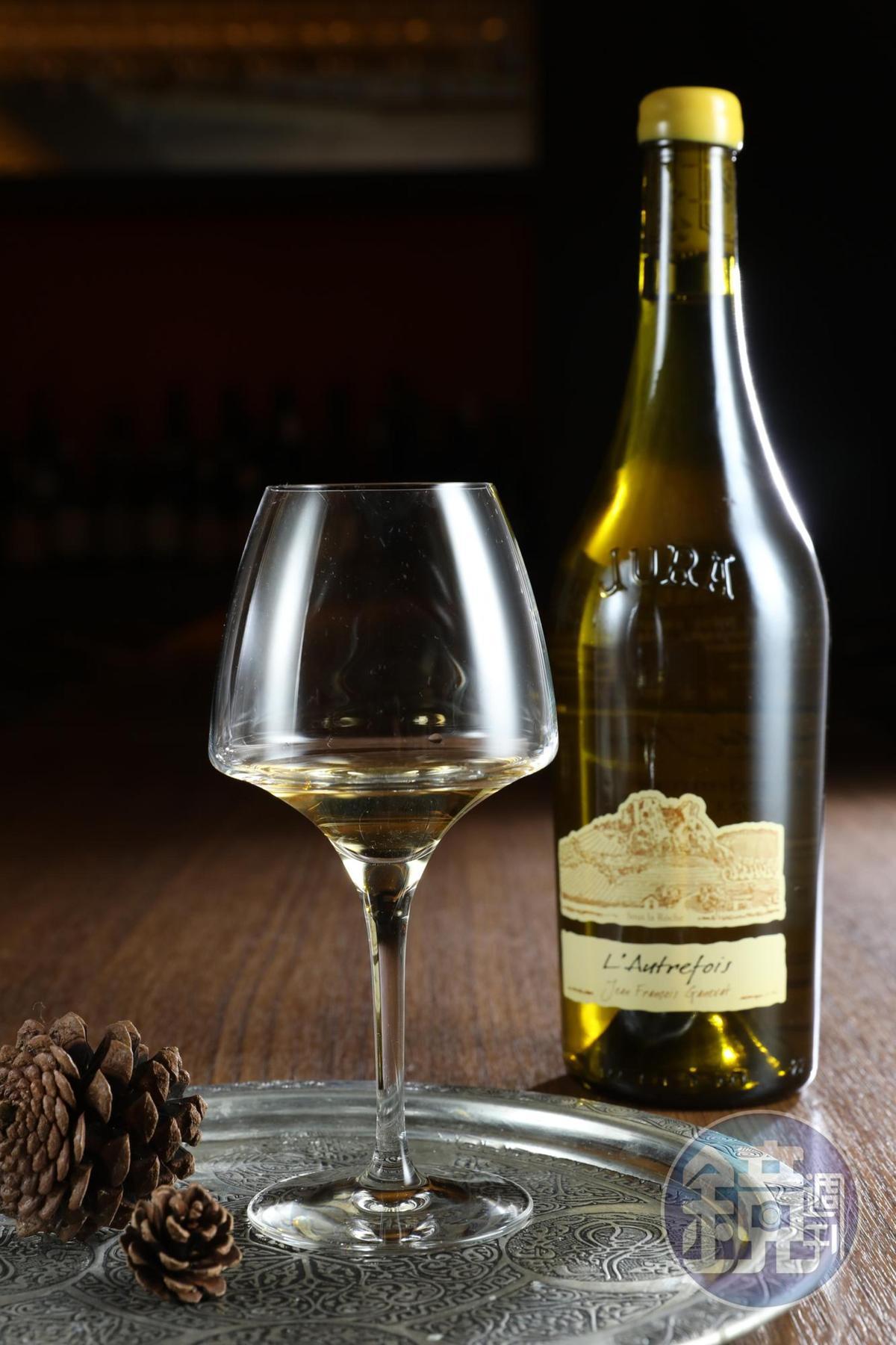 氧化式培養白酒「Jean François Ganevat, Côte du Jura, L'autrefois, Chardonnay, 2011」酒體強壯,顛覆自然酒經常顯得淡薄無力的刻板印象。(維納瑞,1,600元/瓶)