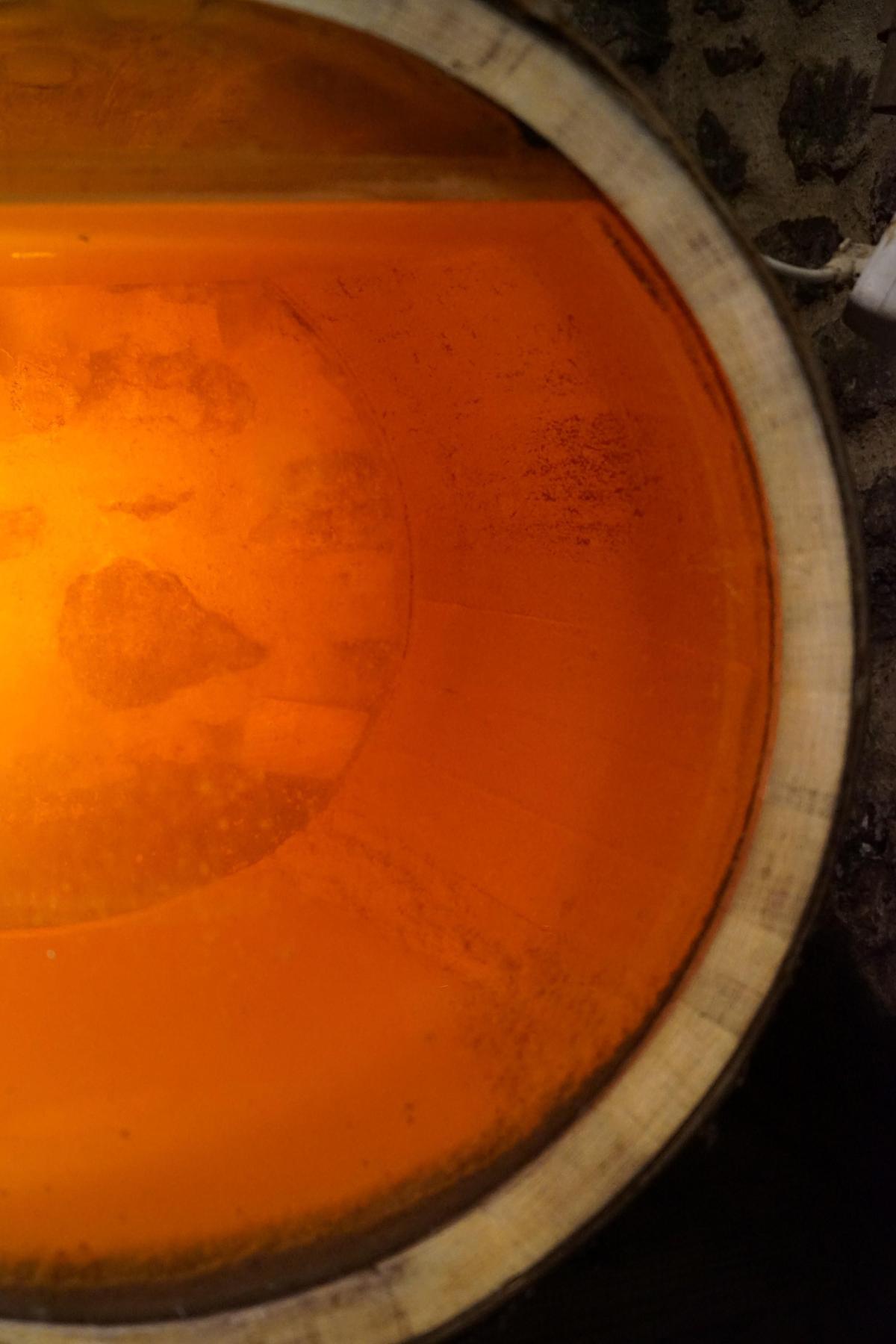 法國侏羅區(Jura)保留不添桶的氧化式釀酒傳統,桶中保有空隙,酒液表層容易長出一層自然酵母。(林裕森提供)
