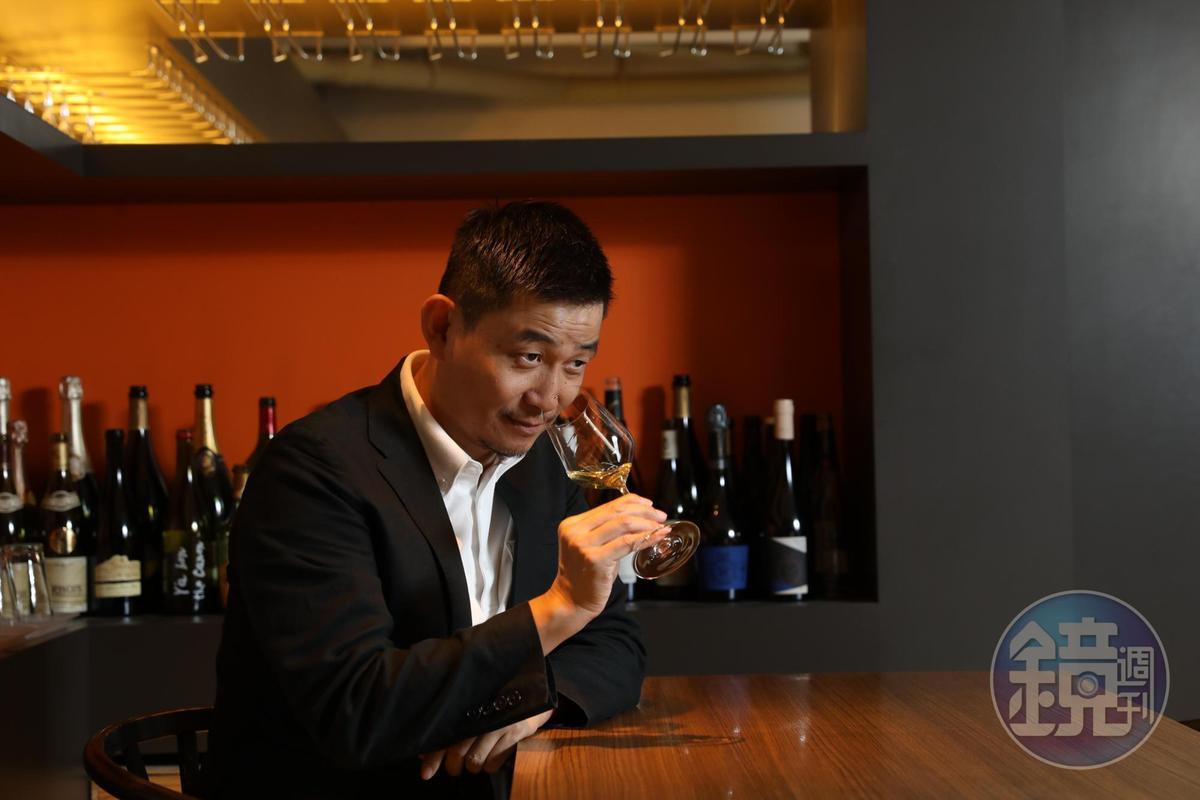 葡萄酒作家林裕森認為自然派葡萄酒世界廣闊美妙,打破古典派葡萄酒的釀造及知識框架,帶來自在飲酒風氣。