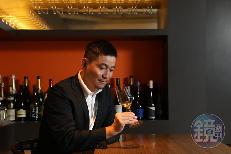 林裕森形容自然酒風潮是一場「弱滋味的文藝復興」,品嘗葡萄酒無須追逐知名酒莊的光環,當放下了一直以來追逐厚實酒水風格,就有機會在香氣微弱、滋味淡薄的自然酒裡嘗出真滋味。