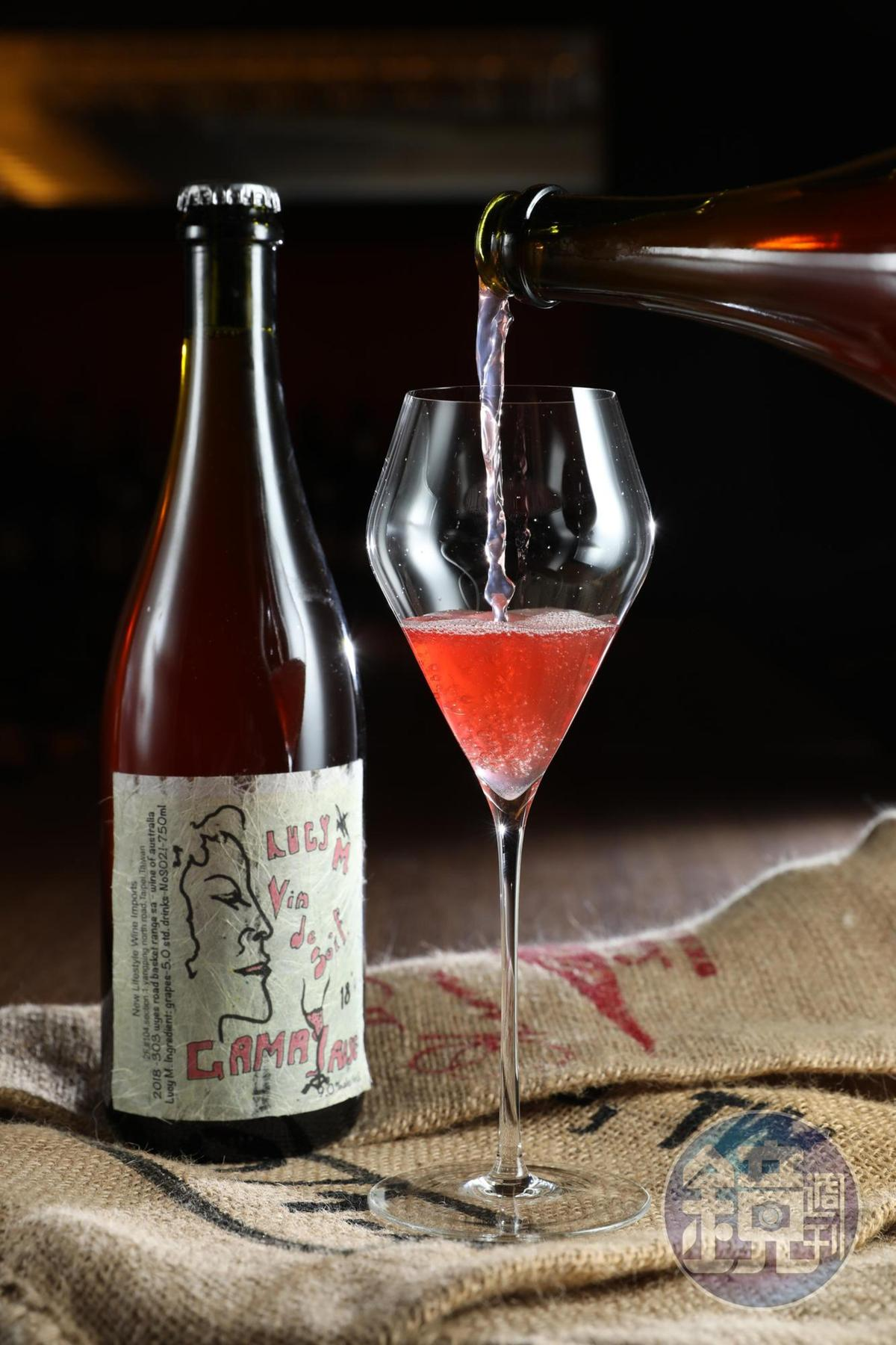 從酒標就洋溢著時髦感的「Lucy Margaux, Vin de Soif Gamay 2018」,酒色呈現深橘到粉紅色,香氣明顯,喝來像是帶酒精感的氣泡西瓜汁,解渴清爽,放置一下甜味更明顯。(新生活,1,200元/瓶)