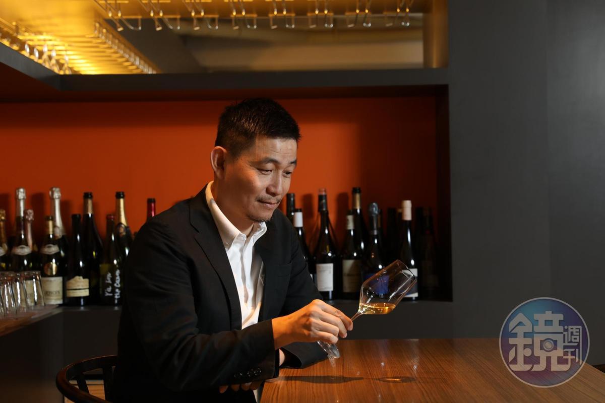 葡萄酒作家林裕森認為自然派葡萄酒打破既有的葡萄酒釀造及知識框架,就像是即興搖擺的爵士樂對上古典樂,帶來驚喜和開放自在的飲酒風氣。