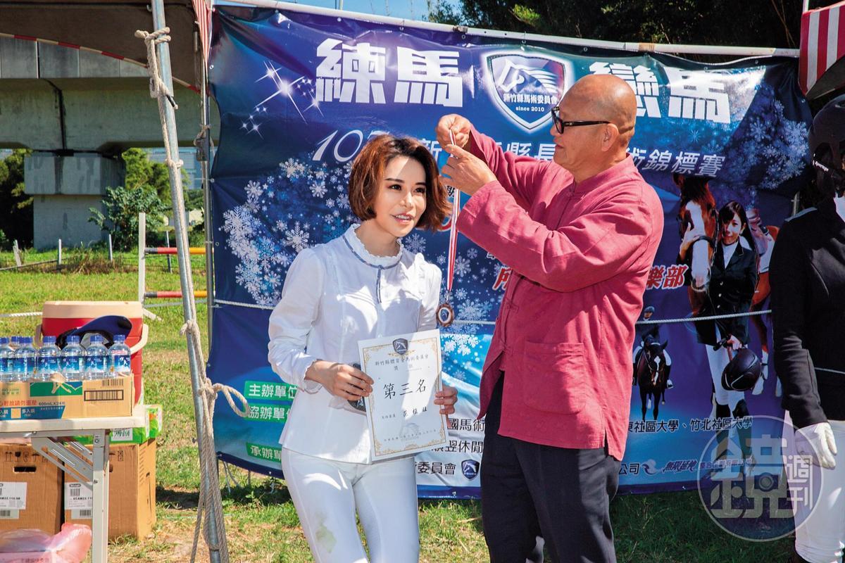 斯容(左)獲得馬術錦標賽初級組第三名,令她對自己的技術更有信心。