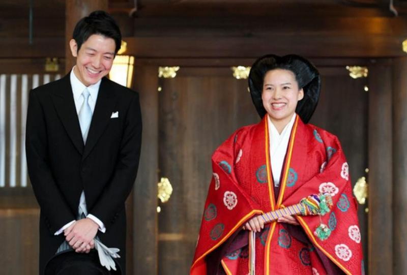 日本皇室絢子公主(右)嫁平民,婚後將脫離皇籍,皇室成員再少一人。(翻攝自朝日新聞)