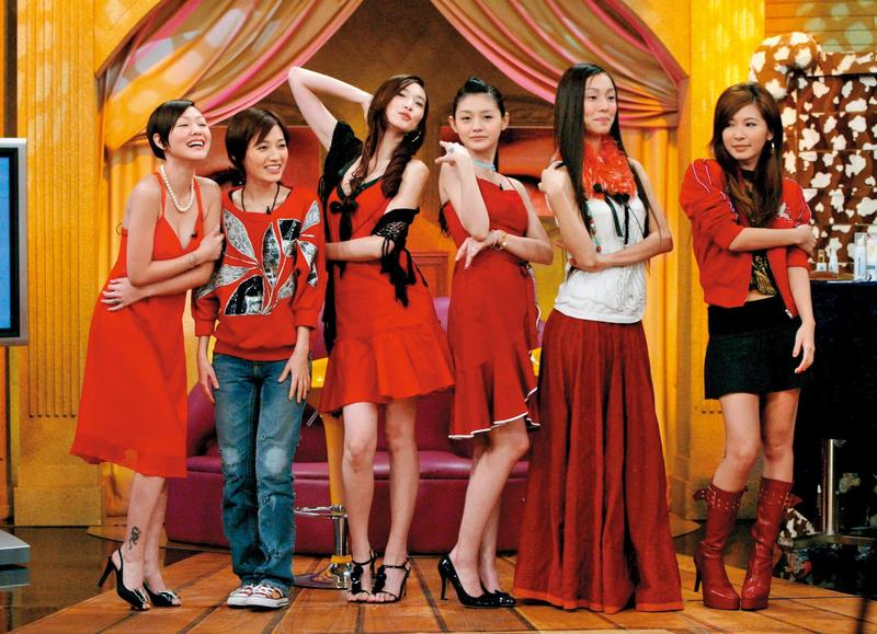 在大、小S姐妹淘中,吳佩慈(左三)的另一半最有錢、最有權勢,可惜至今還缺了一張結婚證書。(東方IC)
