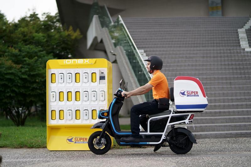 本土燃油車霸主的光陽先後在東京、巴黎國際車展,展示充換電並行的Ionex車能網。(光陽提供)