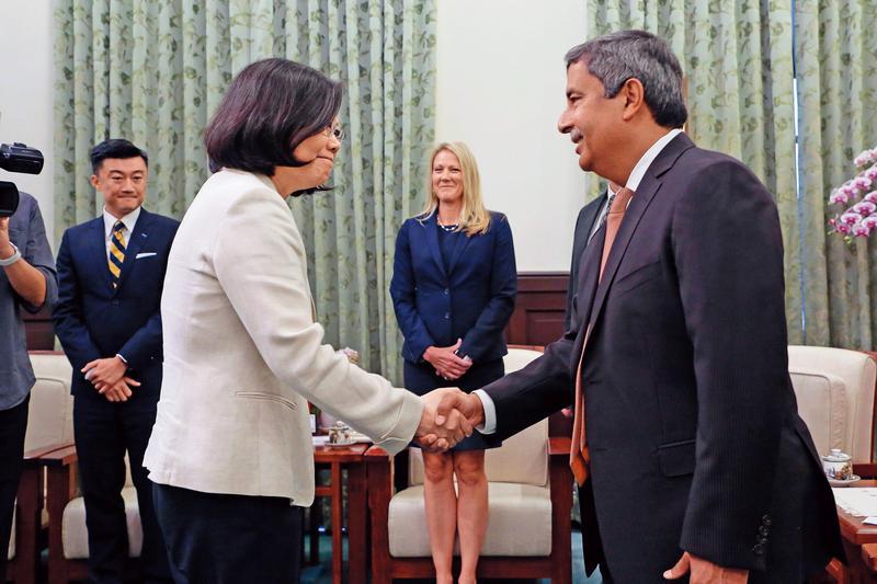 總統蔡英文去年6月接見美光科技訪問團,強調政府將全力協助美光在台擴建計畫,並盼美光繼續投資台灣,共創雙贏。
