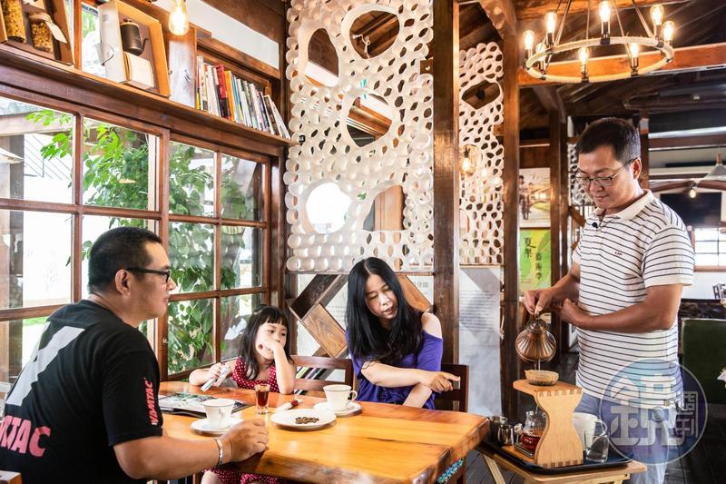 導演黃朝亮(右)回到故鄉台東,在日式老宅開咖啡館,為客手沖咖啡、說故事。