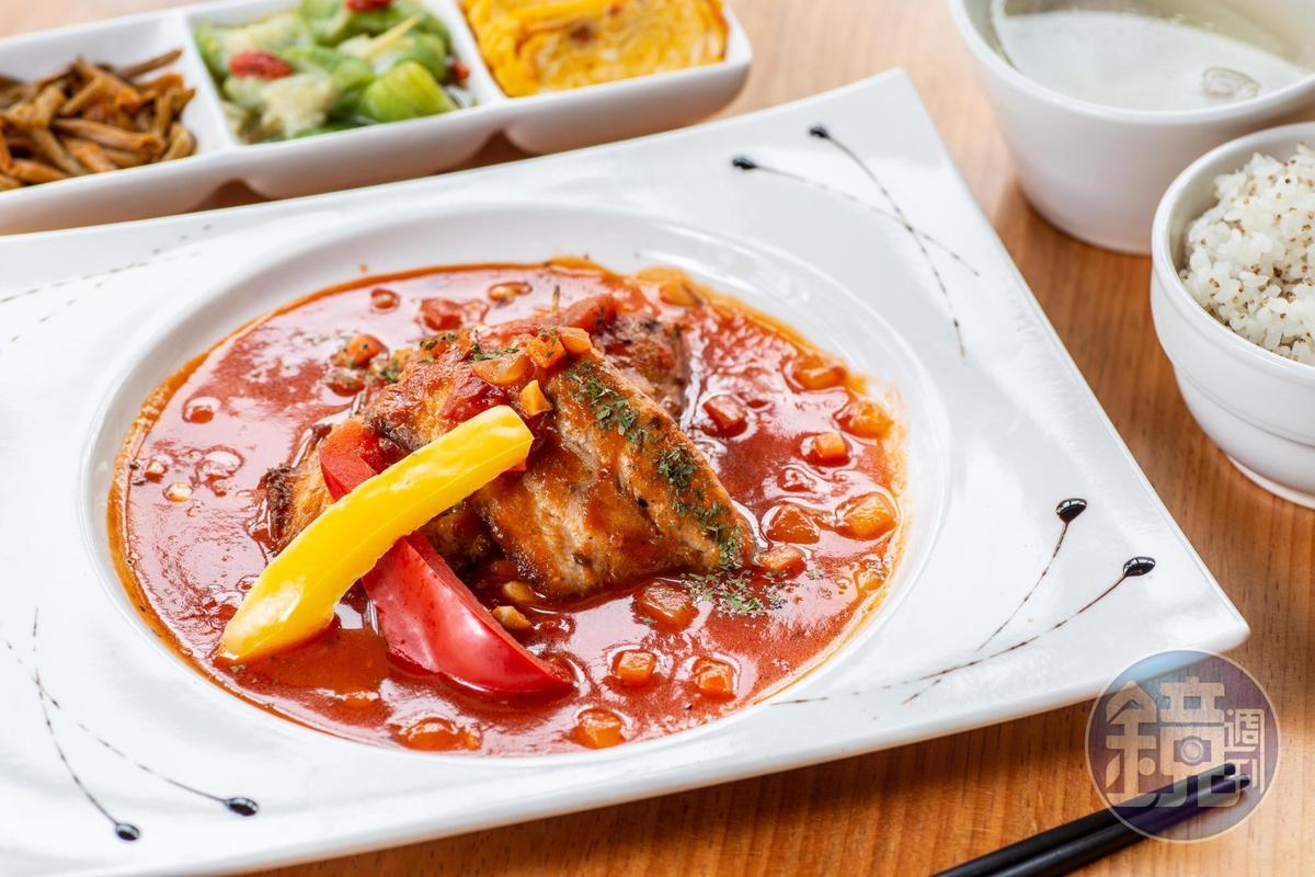 「台東魚紅藜飯」只用本地市場的現流魚貨,搭配小農時蔬,吃足時令感。(320元/份)