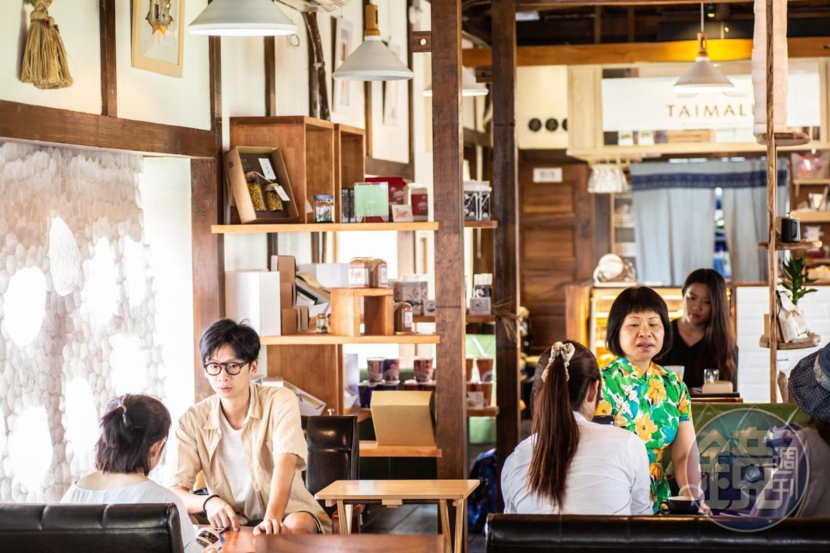 咖啡館不只有咖啡香,也注入書香和小農物產。
