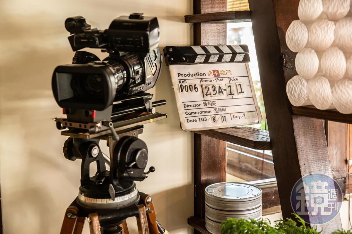 角落擺上攝影機、導演板。