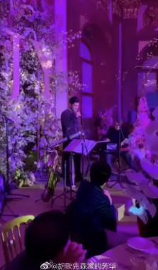 在唐嫣婚禮上,胡歌除了主持,還開金口獻唱。(翻攝自胡哥先森家的芳華微博)