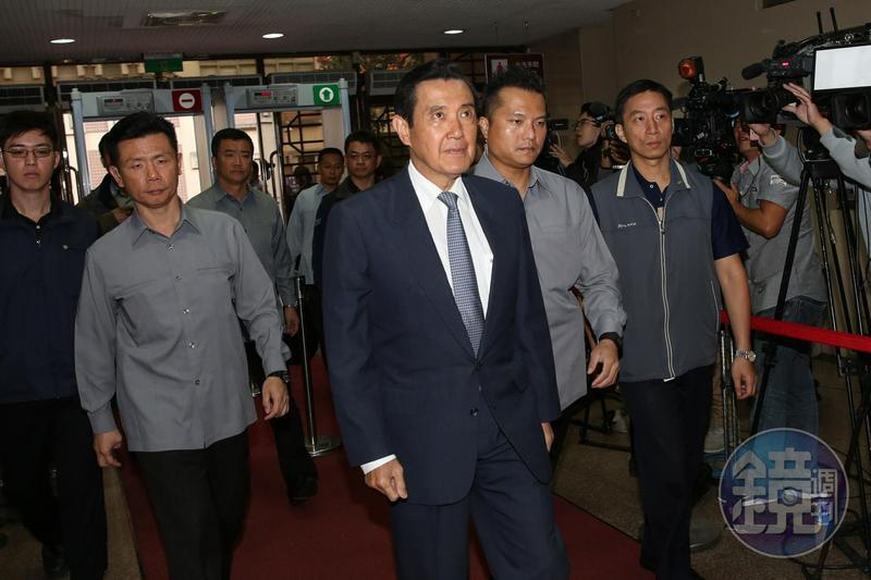 台北地院審理國民黨三中交易案,首度傳喚被告馬英九出庭。