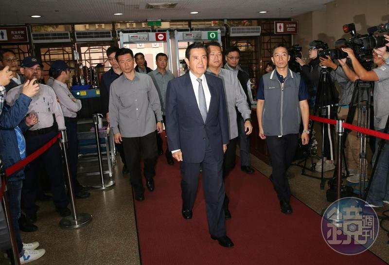 前總統馬英九為三中案至台北地院出庭,指控前總統陳水扁夫婦阻國民黨賣黨產。