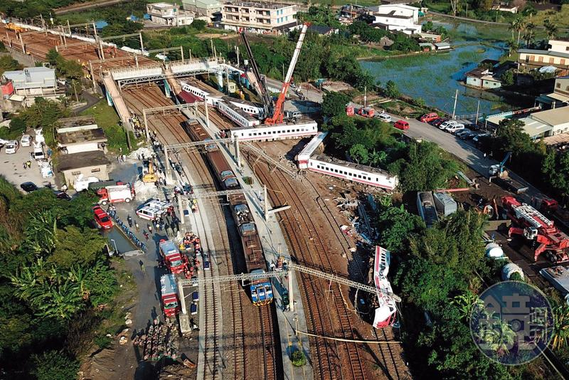 普悠瑪列車高速過彎翻覆,呈W狀躺在鐵道上,造成18死逾百人輕重傷,成為台鐵近年最嚴重災難。