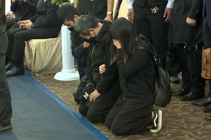 發生在21日的普悠瑪翻覆事故,今(31日)在台東縣舉辦公祭,司機尤振仲在子女陪同下向罹難者下跪致意。(翻攝自東森新聞)