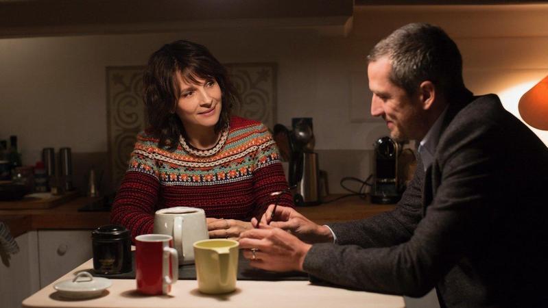 法國影后茱麗葉畢諾許在《非.虛構情事》與吉翁卡列飾演一對夫妻,展開一連串對當代社會的精彩辯證。(金馬執委會提供)