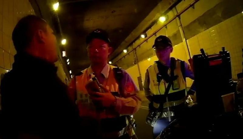 郭宗坤(左)酒駕遭警方攔查,酒測值超標被移送法辦。(翻攝畫面)