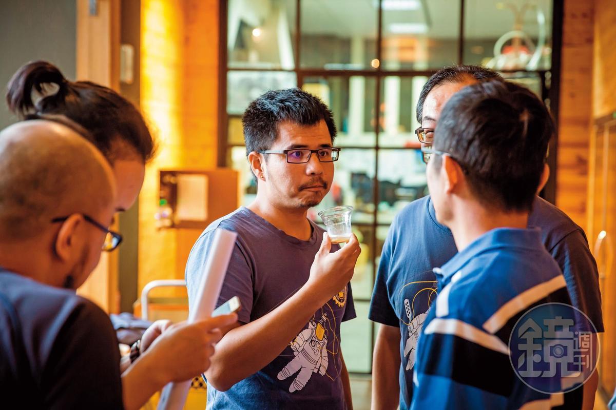 段淵傑(中)把所有精神都投入精釀啤酒,工作之餘也和志同道合的朋友組成自釀啤酒狂熱分子俱樂部社團。