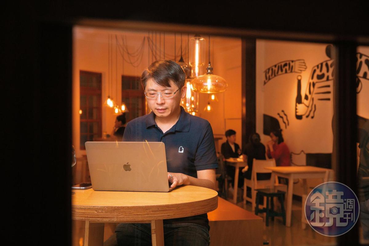 工程師出身的宋培弘,負責經營臉書粉絲團。