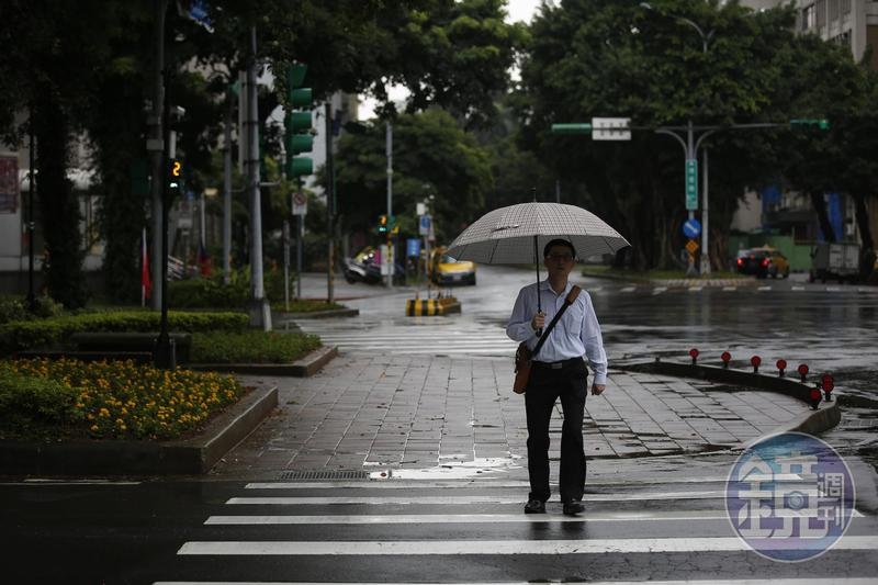 北部和東半部持續降雨,全天濕涼,最低溫約17度。