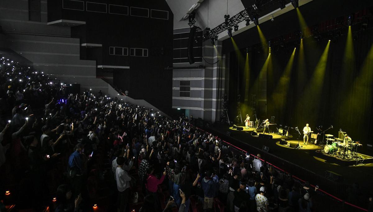 當HYUKOH演唱到〈TOMBOY〉時,全場歌迷用手機燈海應援。(Live Nation Taiwan提供)