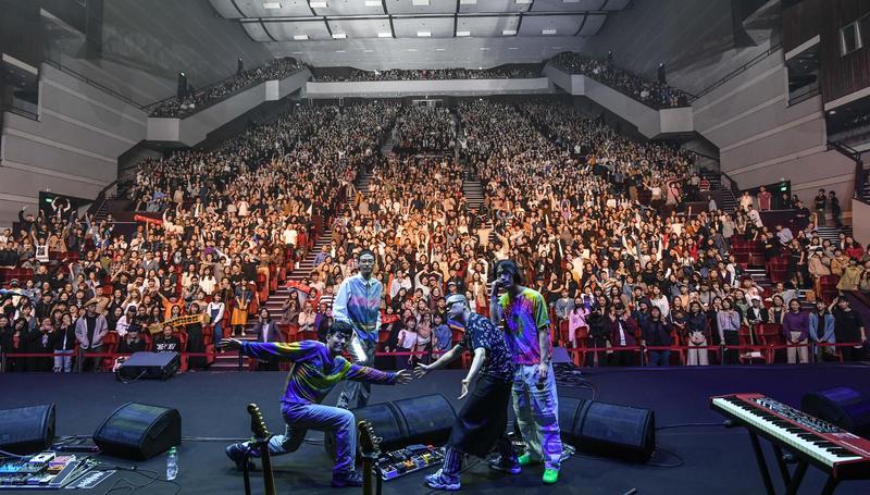 HYUKOH與台北場粉絲大合照,連山頂上的粉絲也入鏡。(Live Nation Taiwan提供)