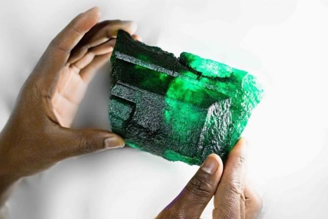 寶田公司週一(29日)宣布,10月初在非洲尚比亞的礦區挖出5,655克拉祖母綠原石。(翻攝Gemfield網站)