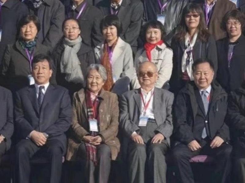 台灣商界聞人、薇閣基金會董事長李傳洪(前排右1)出席在中國南開大學舉辦的周恩來研討會,李也是周恩來的姻親。(翻攝自中國評論通訊社)