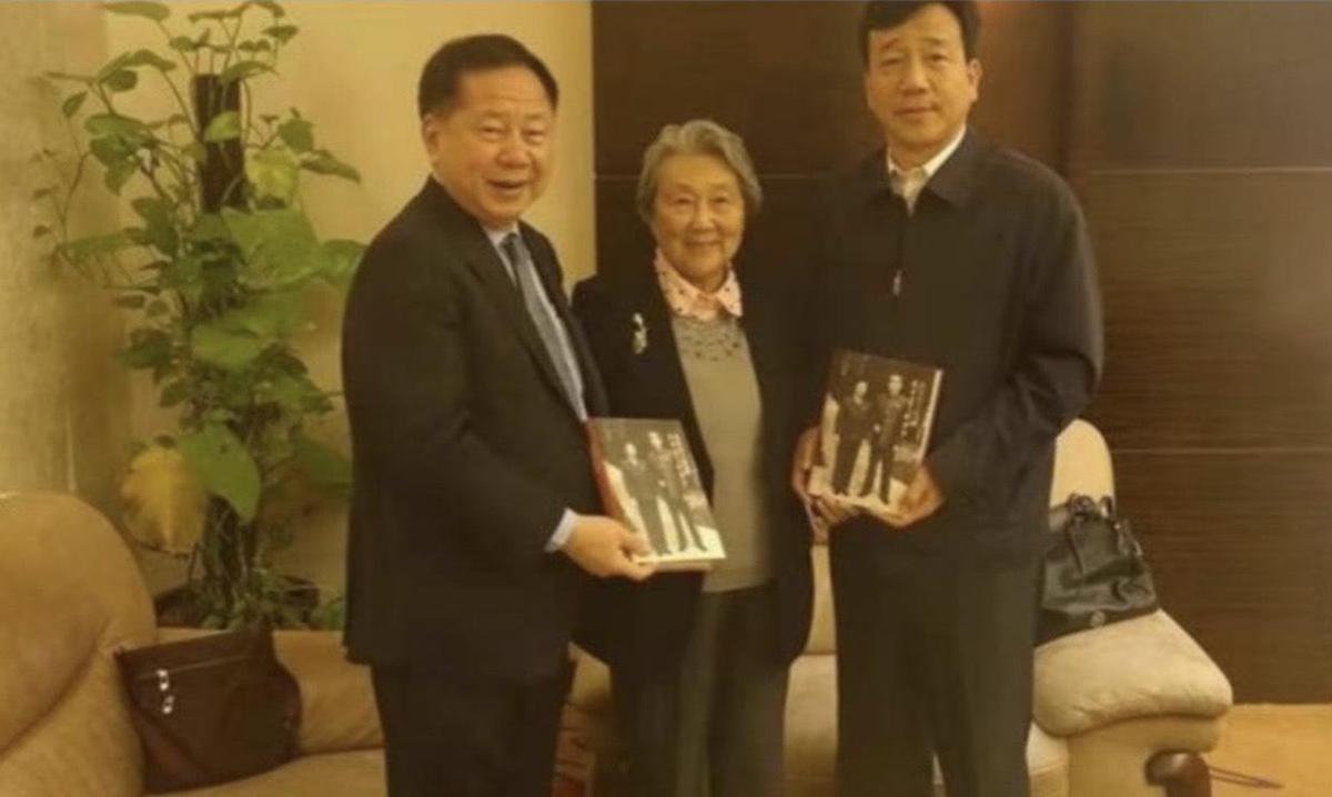 李傳洪(左)與周恩來親屬周秉德合影,右為南開大學黨委書記楊慶山。(翻攝自中國評論通訊社)