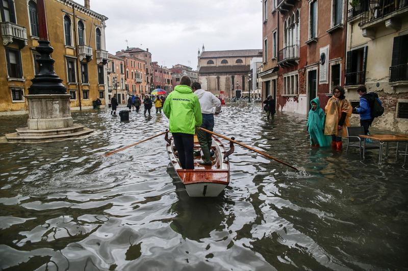 義大利日前遭逢暴雨侵襲,威尼斯更因大潮而淹水成了真正的「水都」。(東方IC)