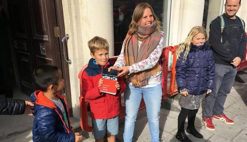 英國南安普敦一間有40年歷史的獨立書店,在社群號召了自願者前來組成人龍,接力把書搬到新店址。(翻攝自十月書店推特)