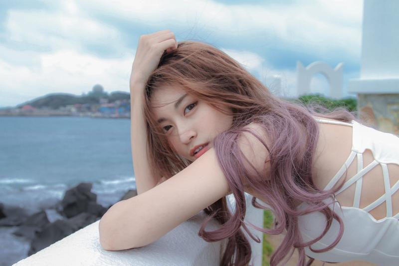 表特版正妹祈錦鈅(小鈅)跨界歌壇,推出單曲〈比心小幸福〉。(固力狗娛樂提供)