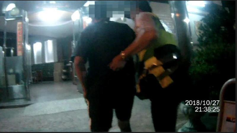 警方一路尾隨護送陳男回家。(警方提供)