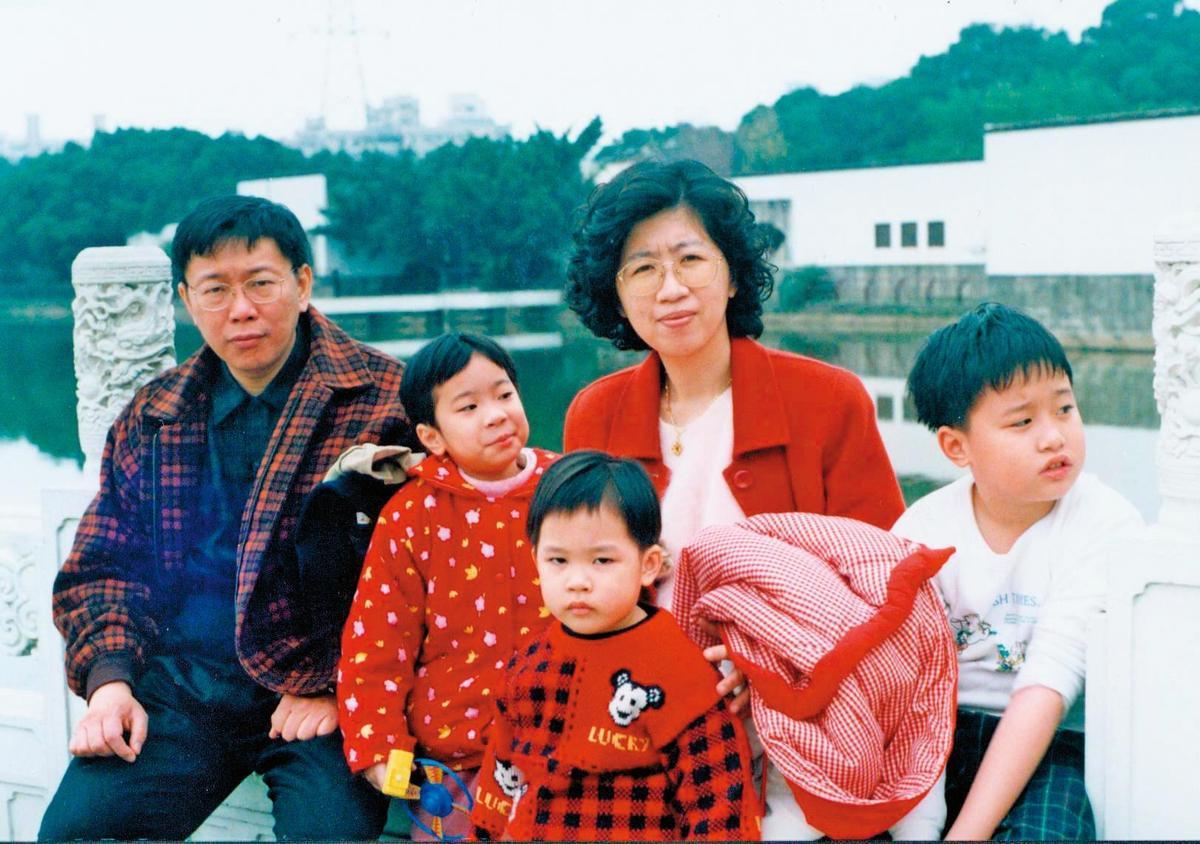 柯文哲(左)專心於事業,考了駕照但也不開車,一輩子沒帶家人出門玩幾次,柯文哲也自承自己是個失職的父親、丈夫,因此很感謝太太陳佩琪(右2)對家的撐持。(陳佩琪提供)