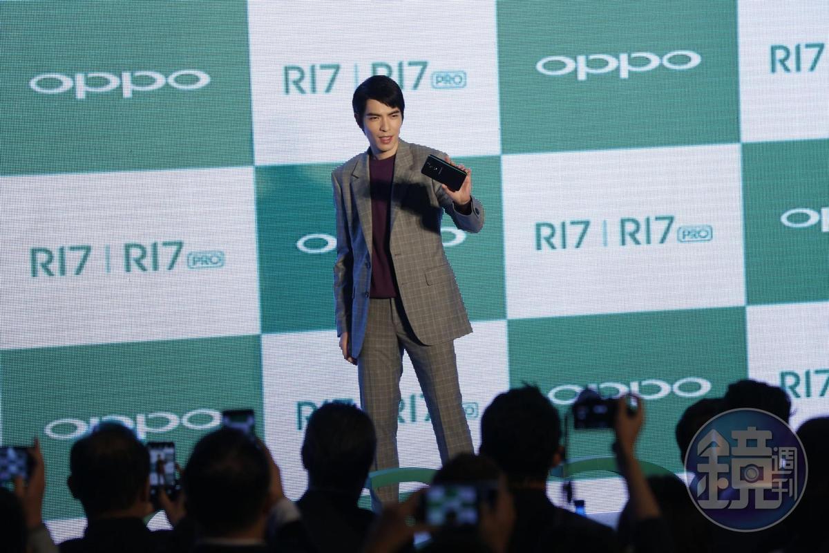 OPPO今日在台發表R17系列新機,品牌代言人蕭敬騰變身綜藝咖,逗得現場笑聲連連。