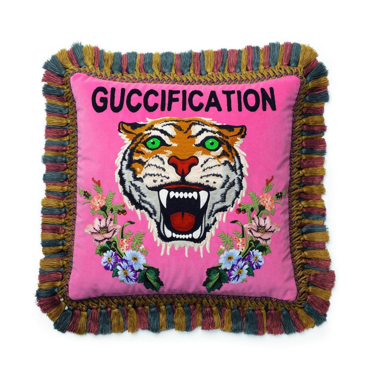 GUCCIFICATION虎頭刺繡抱枕,NT$54,000。(品牌提供)