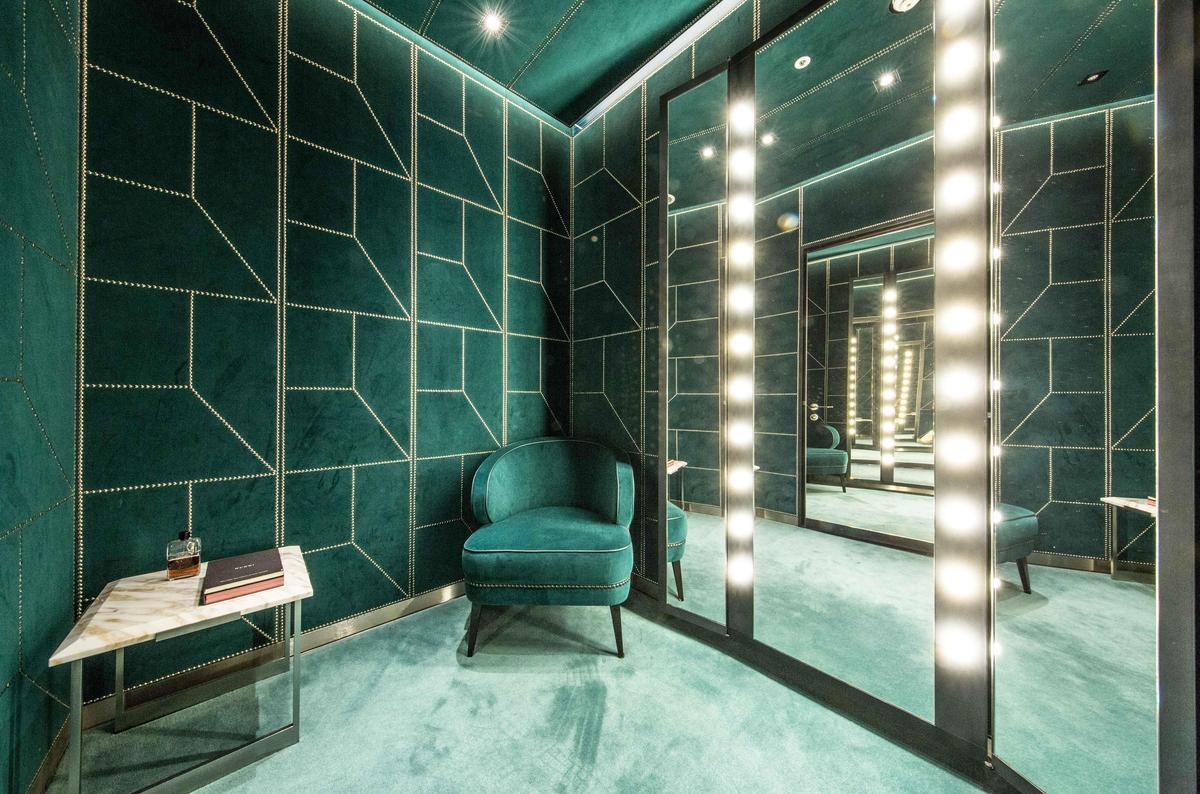 GUCCI連更衣室都有摩登現代的設計與燈光。(品牌提供)