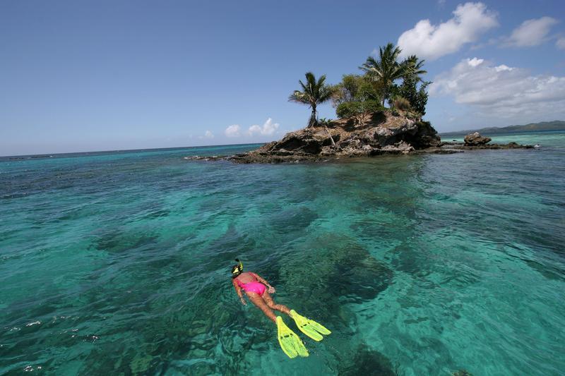 帛琉近日通過一項法令,將在2020年禁止販賣和使用含有化學物質的防曬乳,防止珊瑚礁被毒害。(東方IC)