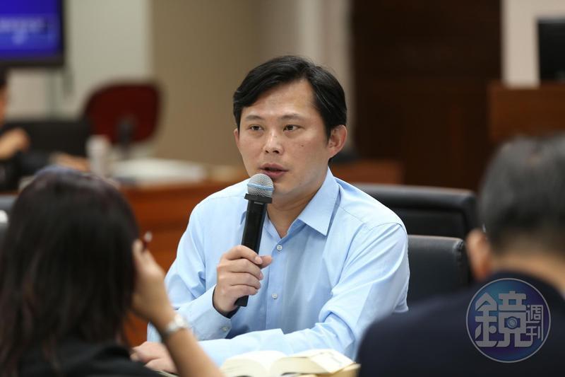 立法委員黃國昌質疑台鐵為何要打壓提出建言員工。