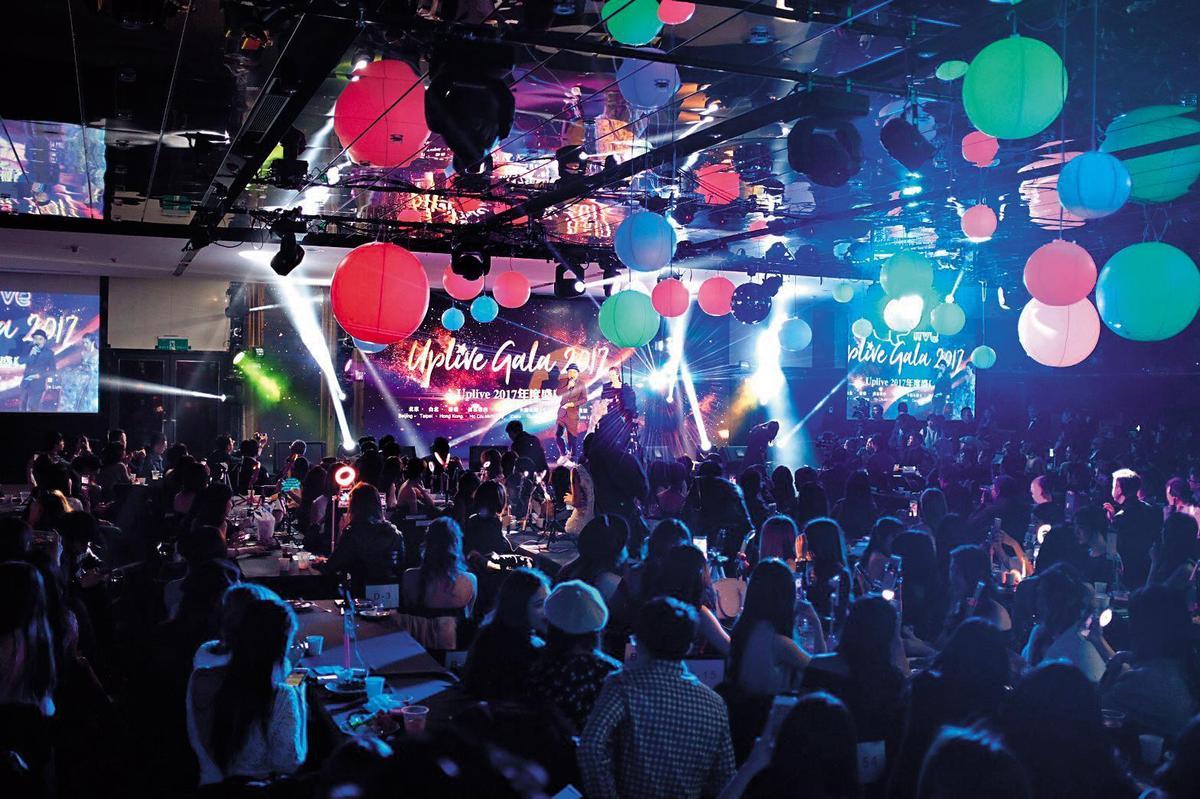 Uplive去年在台舉辦2週年盛典,齊聚400位主播,並邀謝和弦熱歌勁舞炒熱氣氛。(Uplive提供)