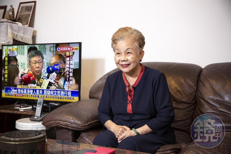 柯文哲母親何瑞英受訪,記者打開電視轉台,剛好柯文哲正接受媒體訪問,於是拍下這張有趣的合照。