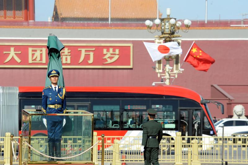 迎接日本首相安倍晉三訪問,天安門廣場中、日兩國的國旗飄揚。(東方IC)