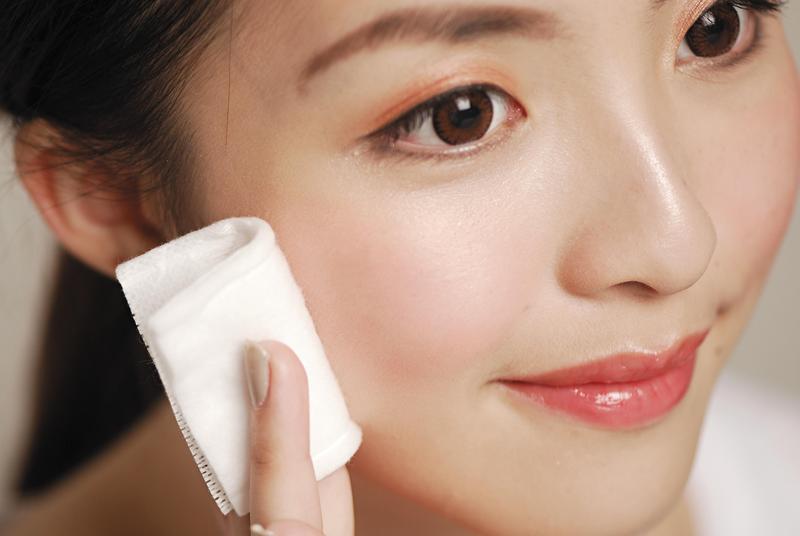 「韓式美妝」近年大行其道,不過南韓女性卻出現了一股反撲風潮,在社群網站上公開銷毀自己的化妝品。(東方IC)