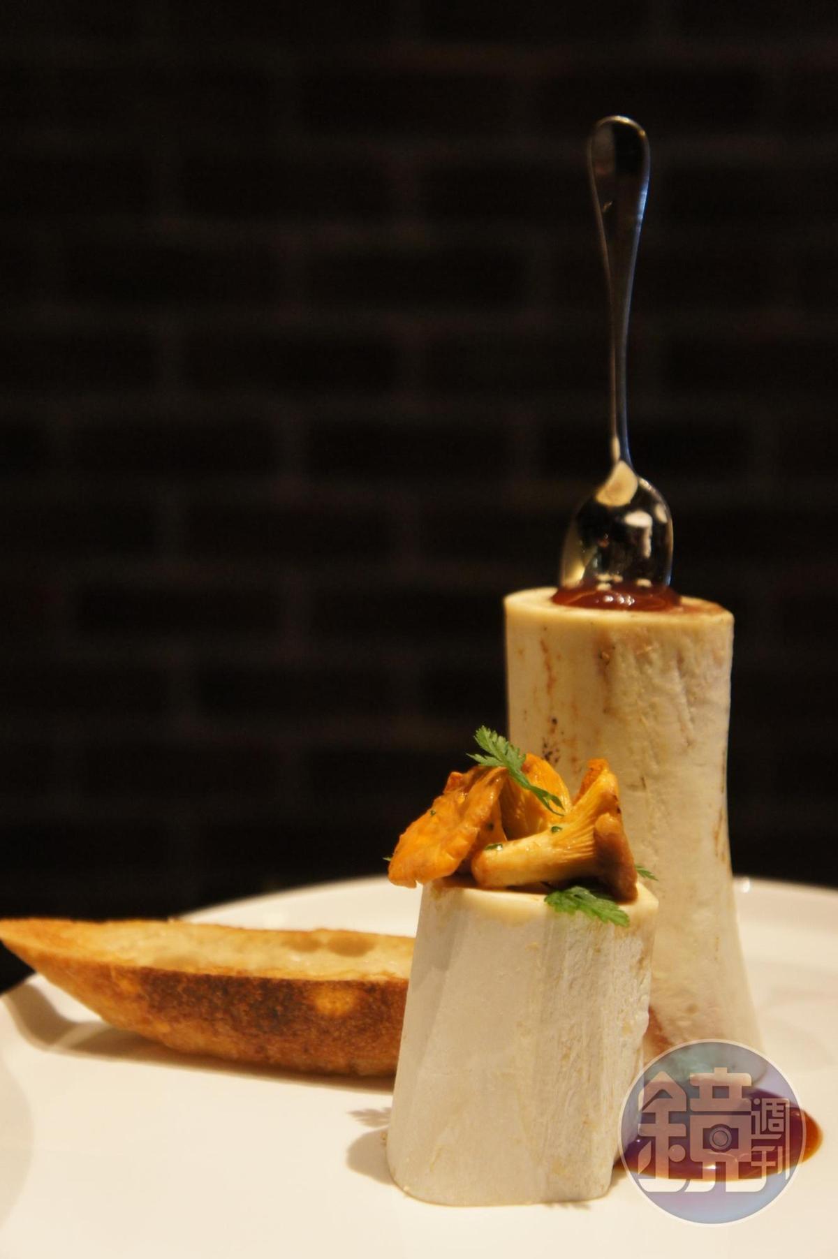 「牛骨髓」是弗雷德里克‧安東(Frédéric Anton) 的另一道招牌前色,與「番茄莫札瑞拉起司凝凍」風格不同,牛骨髓整根上桌粗獷帶霸氣。
